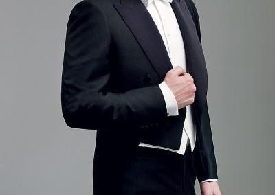 Elegantiškas juodas smokingas su balta varlyte
