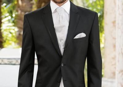 Elegantiškas juodas smokingas su baltu kaklaraiščiu