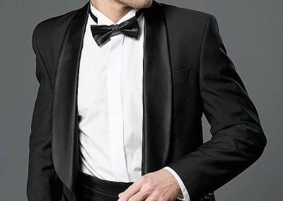 Klasikinis juodas smokingas su juoda varlyte
