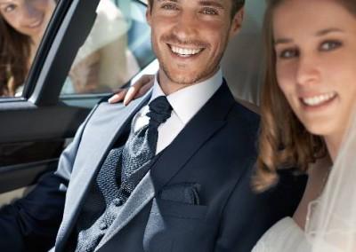 Tamsiai mėlynas dviejų sagų vestuvinis kostiumas