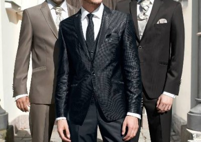 Vienos sagos, blizgus juodas vestuvinis kostiumas