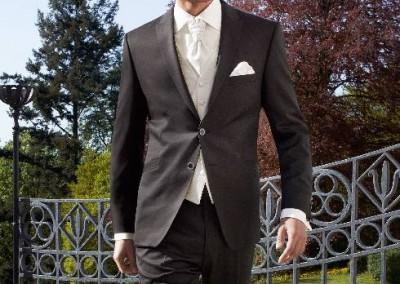 Tamsiai rudas, dviejų sagų vestuvinis kostiumas
