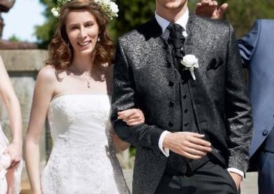 Juodos brokato spalvos, ilgas vestuvinis kostiumas