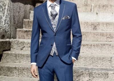 Safyro mėlynos, dviejų sagų vestuvinis kostiumas
