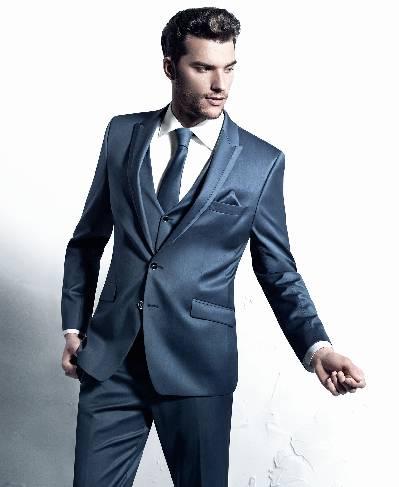 Šviesiai mėlynos spalvos, blizgus vyriškas kostiumas