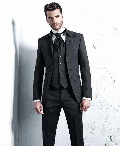Klasikinis trumpas juodas vyriškas kostiumas be sagų