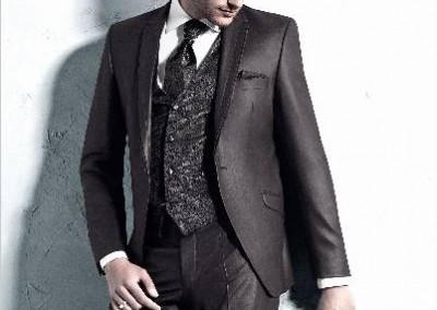 Vienos sagos, Mocha spalvos vyriškas kostiumas