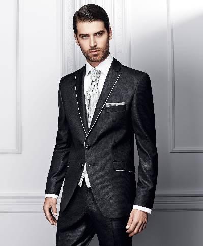 Dviejų sagų juodas vyriškas kostiumas