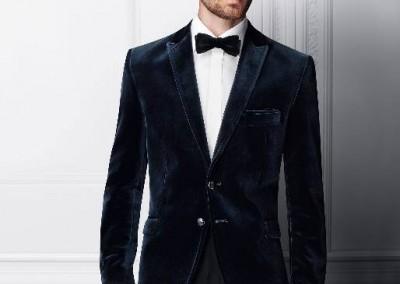 Dviejų sagų tamsiai mėlynas aksominis vyriškas švarkas